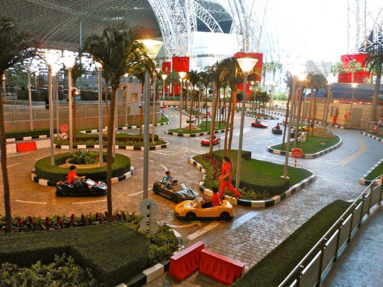 Парк аттракционов «Мир Феррари» в Абу-Даби, ОАЭ