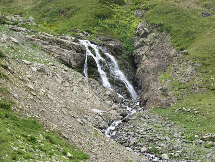Один из водопадов в районе поселка Архыз в Карачаево-Черкесии, в России