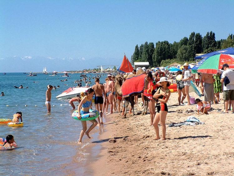 Пляж на берегу озера Капчагай на реке Или в Казахстане