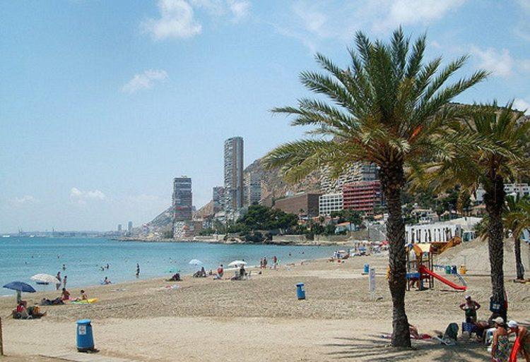 Пляж с детской площадкой в Аликанте в Испании