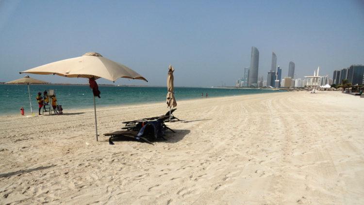 Пляж Корниш в Абу-Даби в ОАЭ