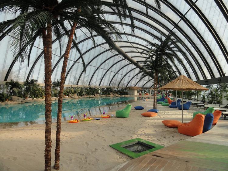 Пляж на верхнем этаже Хан Шатыра - развлекательного комплекса Хан Шатыр в Астане, Казахстан