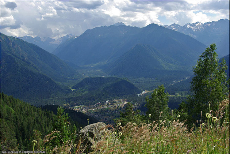 Селение Архыз окружено горами в Карачаево-Черкесии
