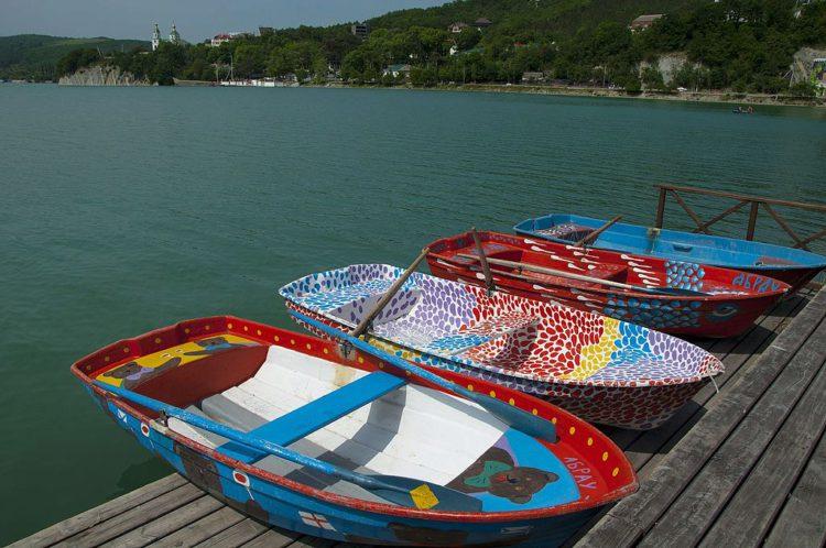 Прокат прогулочных лодок на озере в поселке Абрау-Дюрсо