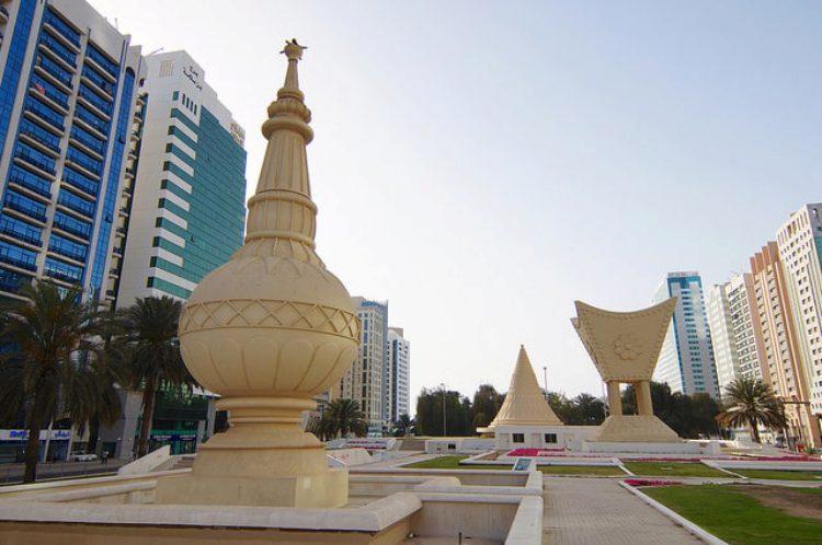 Скульптуры-символы на площади Аль Иттихад в Абу-Даби, ОАЭ