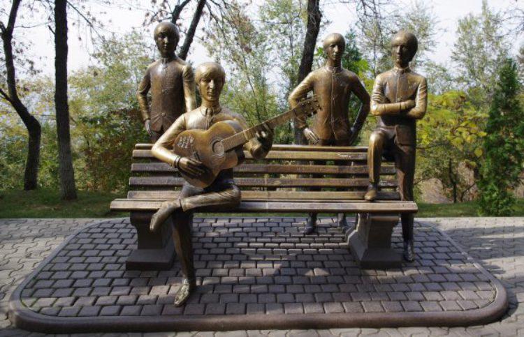 """Памятник группе """"The Beatles"""" в парке """"Кок-Тобе""""в Алма-Ате"""