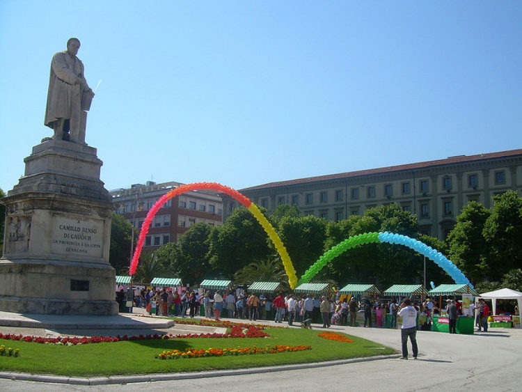 Торговля с лотков на площади в Анконе в Италии