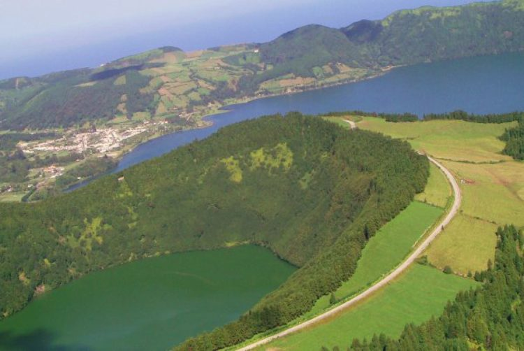 Кратер Sete Cidades с двумя озёрами: Зелёное и Синее на Азорских островах