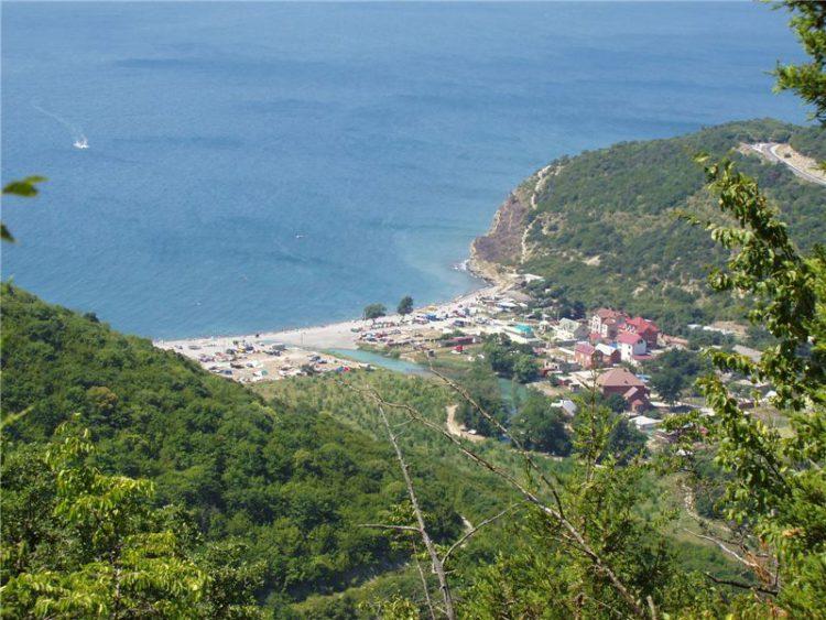Вид на поселок Абрау-Дюрсо и озеро