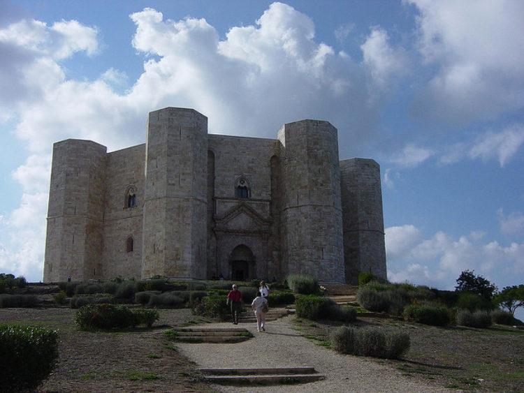 Средневековый замок Кастель-дель-Монте в Апулии в Италии