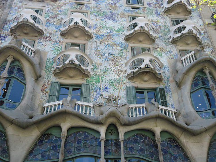 Фасад дома Casa Battlo в Барселоне - достопримечательности Барселоны, Испания