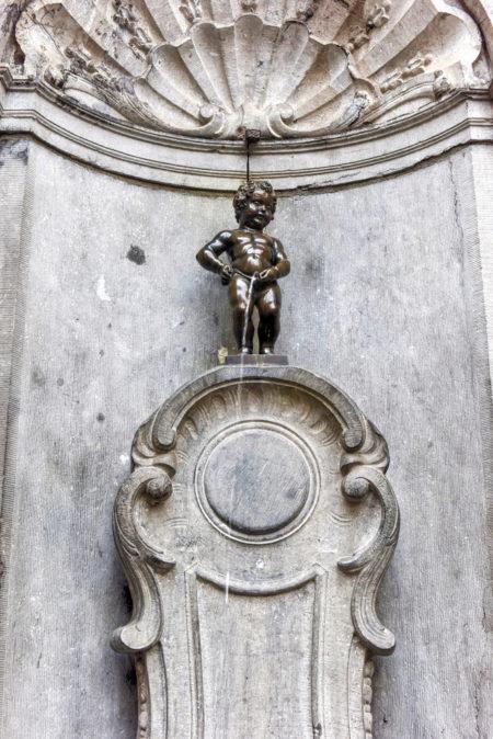 Бронзовая статуя Маннекен-Пис в Брюсселе - достопримечательности Брюсселя