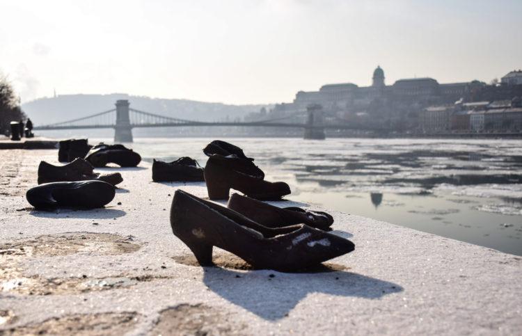 Обувь на Дунайской набережной в Будапеште - достопримечательности Будапешта, Венгрия