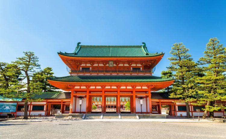 Главные ворота храма Хэйан-дзингу - достопримечательности Киото, Япония