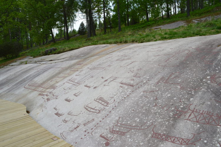 Наскальные рельефы в Тануме - достопримечательности Швеции