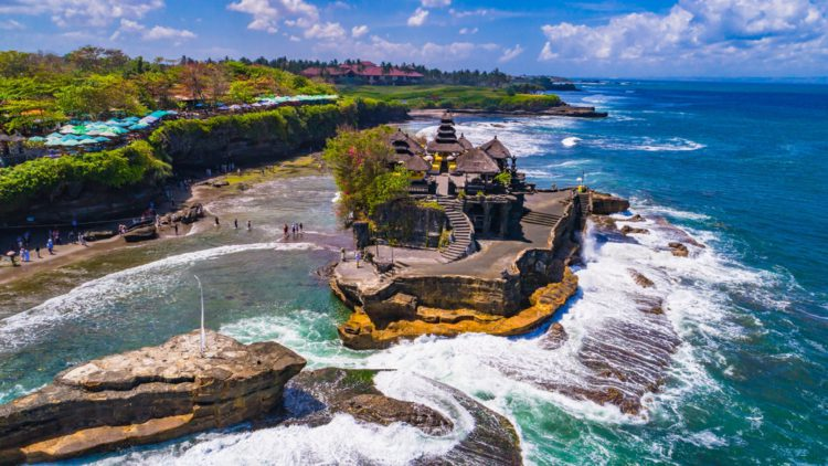 Храм Пура Танах Лот - достопримечательности Бали Бали все об бали бали отдых Достопримечательности Бали, что посмотреть на острове или наш ТОП-10 самых интересных мест 11 Pura Tanah Lot e1526691938415