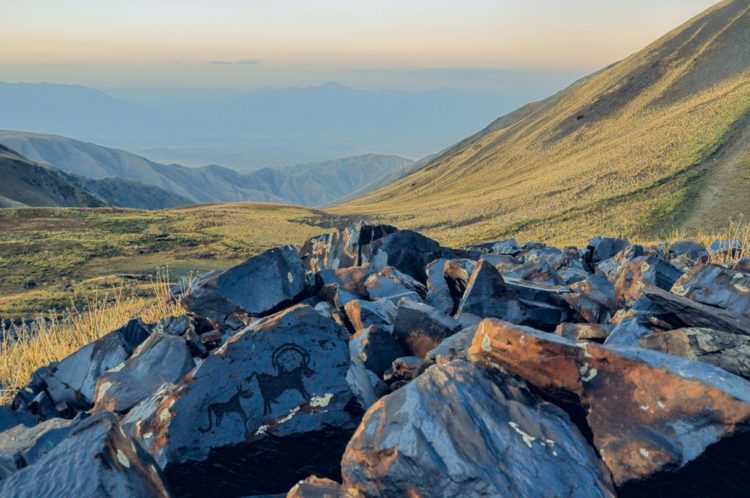 Петроглифы Саймалы-Таш - достопримечательности Киргизии