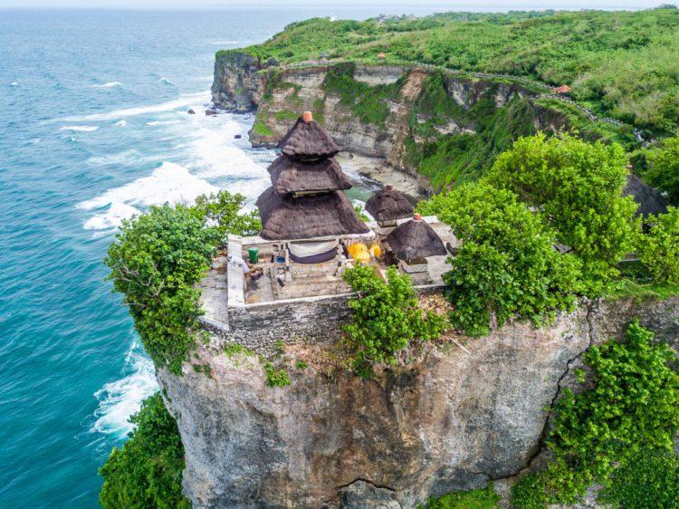 Храм Улувату - достопримечательности Бали Бали все об бали бали отдых Достопримечательности Бали, что посмотреть на острове или наш ТОП-10 самых интересных мест 12 Pura Luhur Uluwatu e1526691975193