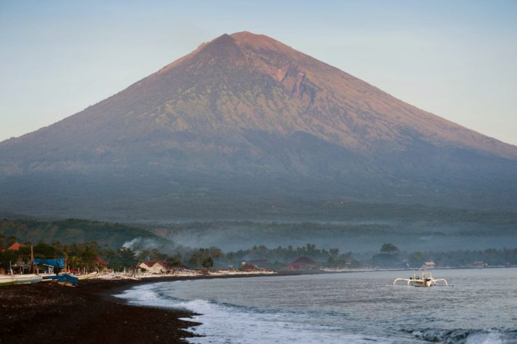 Вулкан Агунг - достопримечательности Бали Бали все об бали бали отдых Достопримечательности Бали, что посмотреть на острове или наш ТОП-10 самых интересных мест 23 Gunung Agung e1526692351539