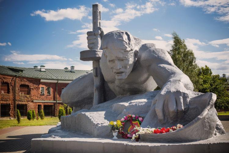 Монумент «Жажда» - достопримечательности Бреста