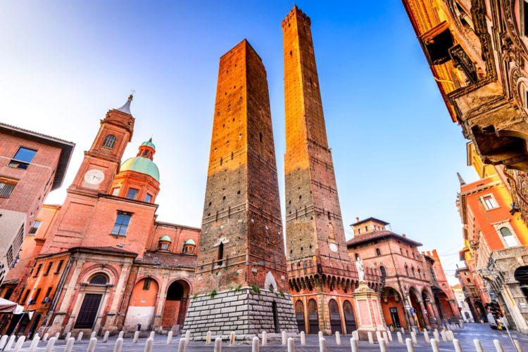Башни Азинелли и Гаризенда - достопримечательности Болоньи