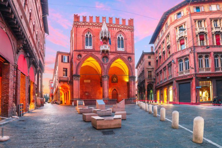 Палаццо делла Мерканциа - достопримечательности Болоньи