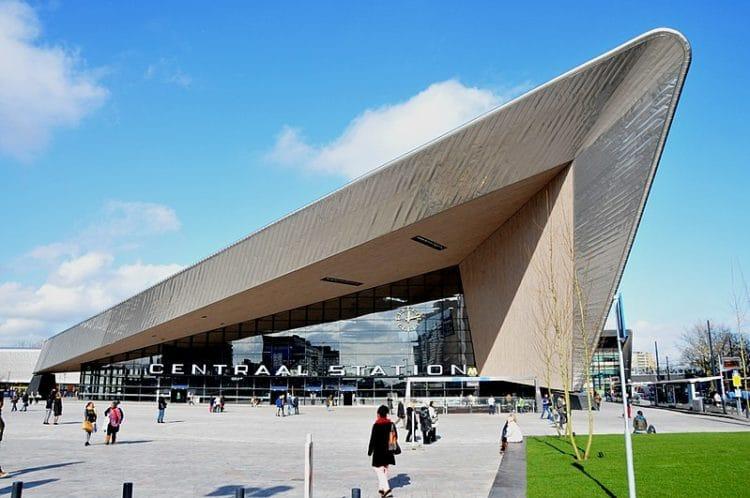 Здание железнодорожного вокзала - достопримечательности Роттердама
