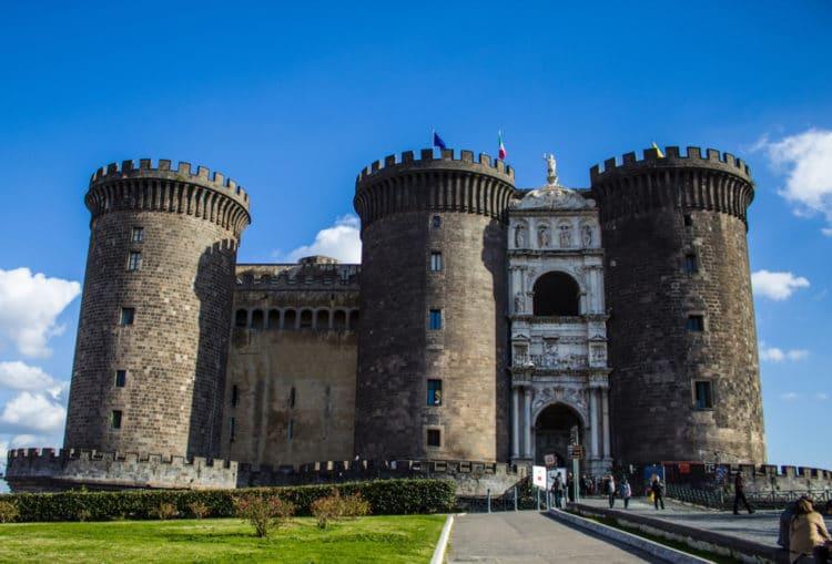 Замок Кастель-Нуово - достопримечательности Неаполя