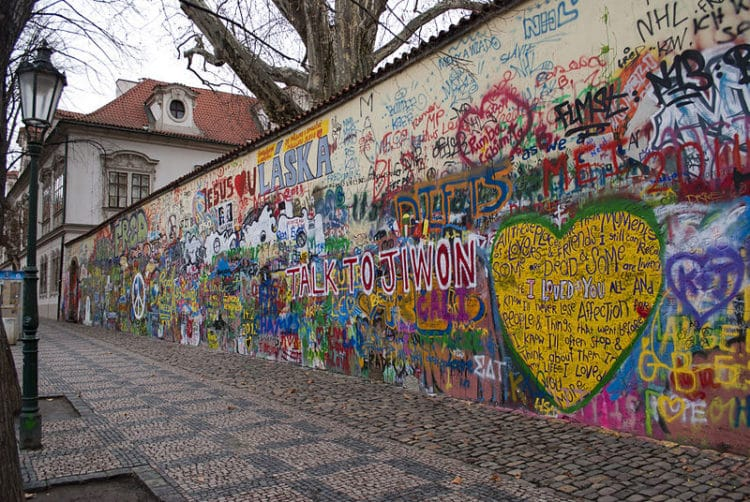 Стена Джона Леннона - достопримечательности Праги