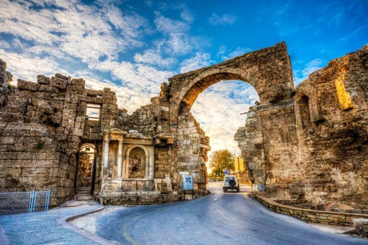 Арочные ворота - достопримечательности Сиде