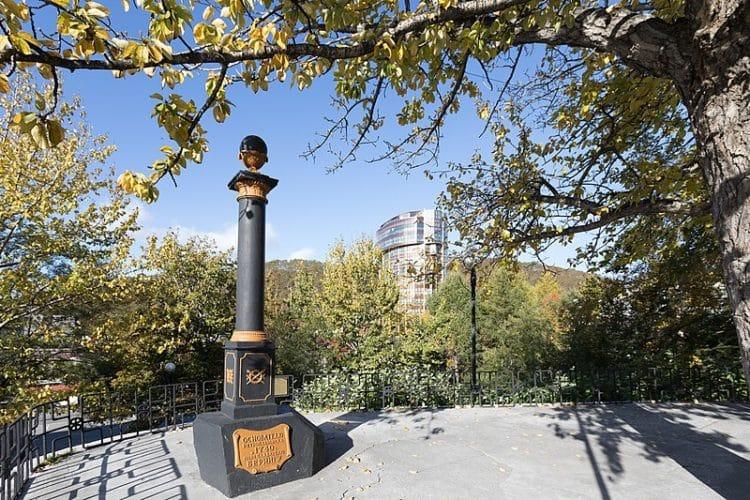Памятник Витусу Берингу - достопримечательности Камчатки