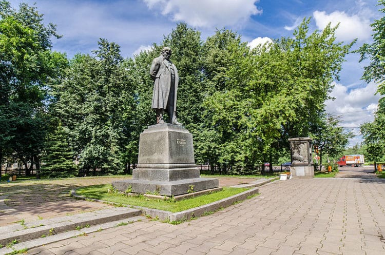 Памятник И.А. Крылову - достопримечательности Твери