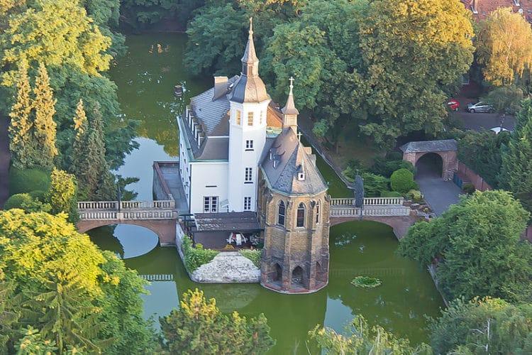 Замок «Вайсхаус» - достопримечательности Кёльна