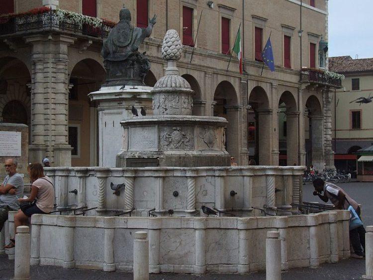 Городской фонтан «Шишка» - достопримечательности Римини