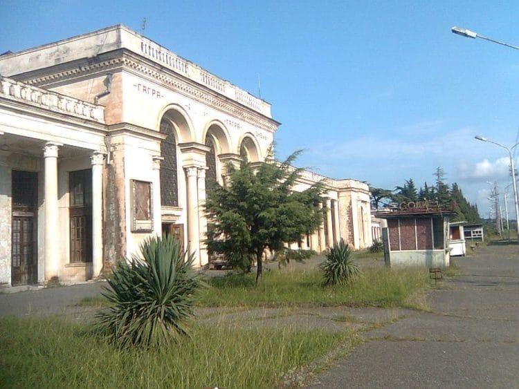 Здание железнодорожного вокзала - достопримечательности Гагры