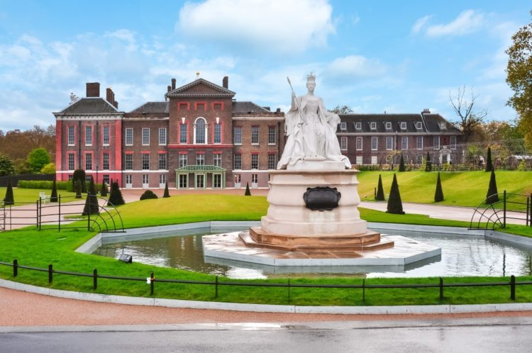 Кенсингтонский дворец в Англии