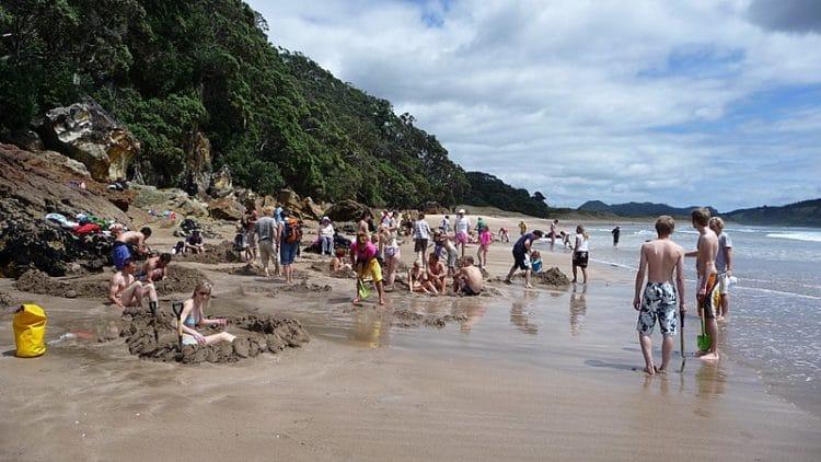 Горячий пляж Hot Water Beach в Новой Зеландии
