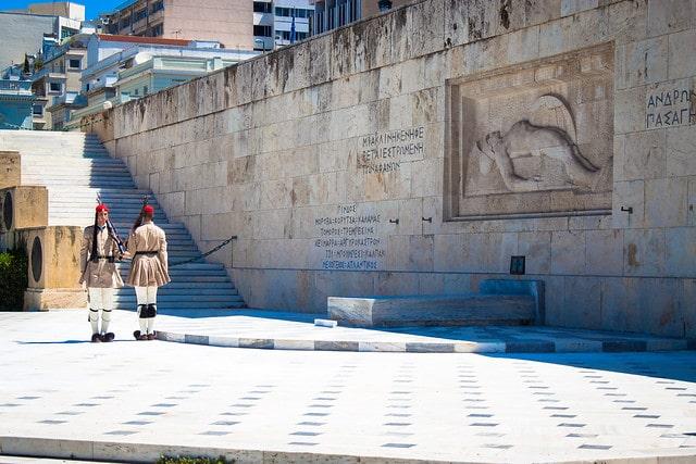 Почётный караул у могилы Неизвестного солдата в Греции