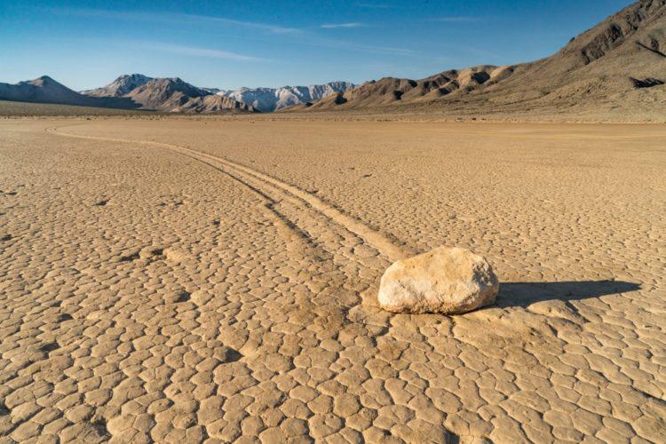 Движущиеся камни в Долине Смерти в США