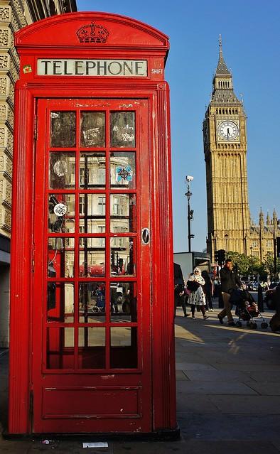 Телефонная будка и двухэтажный автобус в Англии