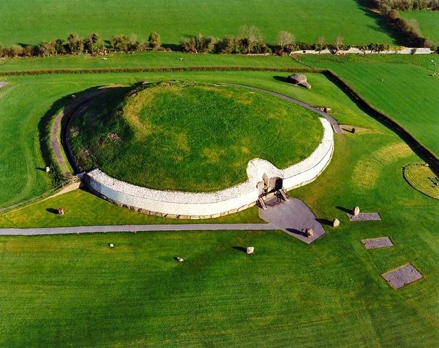 Святилище «Ньюгрейндж» в Ирландии