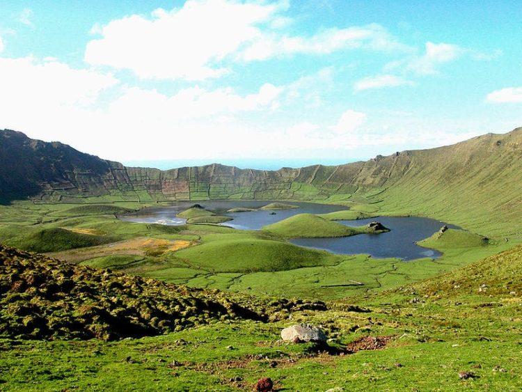 Лагуна де Калдейра в северной части острова Корву