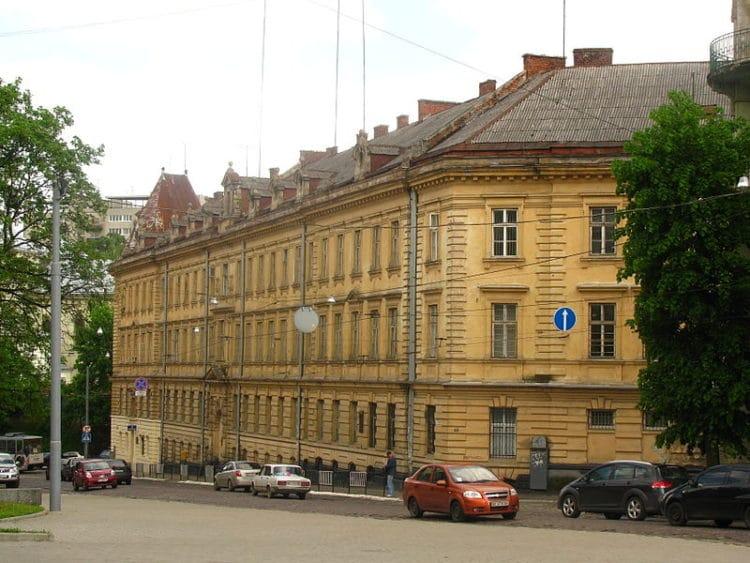 Тюрьма на Лонцкого - достопримечательности Львова